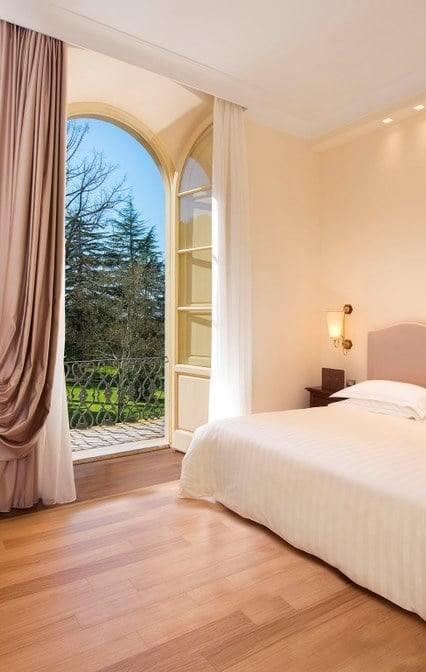 grotta-giusti-hotel-deluxe-room-with-balcony-580-769