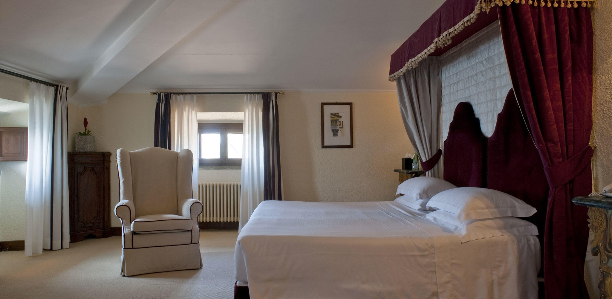 five-star-luxury-hotel-in-rome-la-posta-vecchia-villa-Tower-Junior-Suite