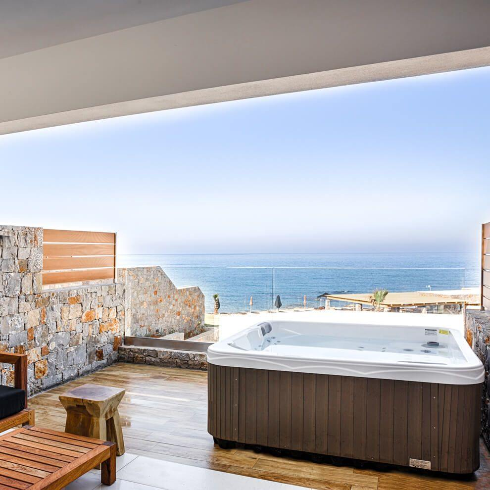 luxury_guestroom_private_outdoor_jacuzzi_onethirdbox_015a845640fe19f11cd2c85e0fb9fcd9